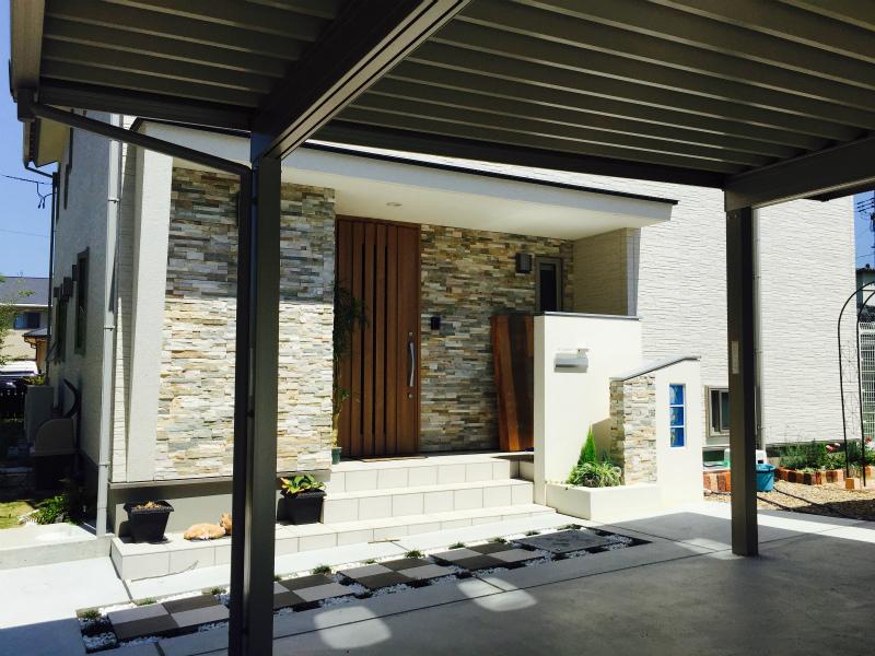 玄関廻りは斜め壁、ブリック調の外壁でアクセント